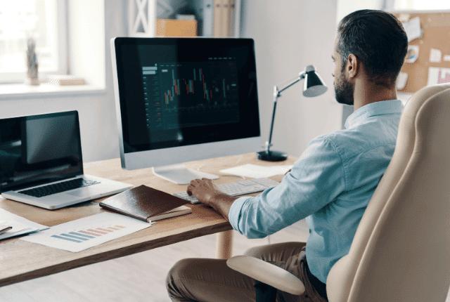 איש בונה התייעלות עסקית במחשב