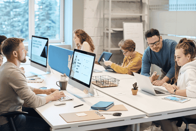 עובדים עם מחשבים