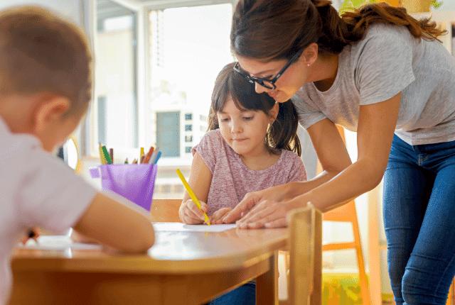 מורה עם הילדים