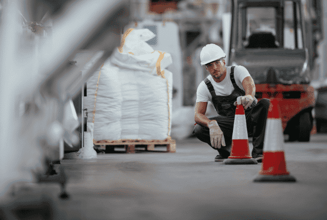 עובד עם כובע במפעל עובד