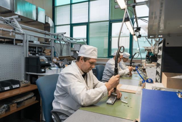 עובד במפעל באמצע עבודה