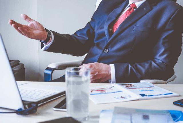 איש יושב במשרד עם חליפה ועניבה