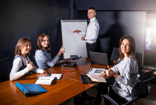 ישיבת צוות של עובדים